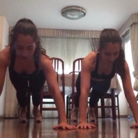 Mireia i la seua germana fent gimnàstica /MME