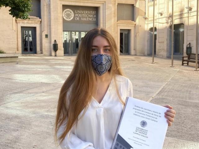 Ainoa Mataix amb el seu trebal final de grau al Campus d'Alcoi / Foto: Campus d'Alcoi UPV