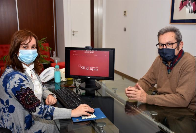 Pascual Sanchis i Isabel López, amb la nova web / Ajuntament de Xixona