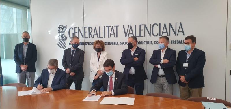 Firma del conveni per a la creació de la càtedra del sector tèxtil. Imatge facilitada per GVA.