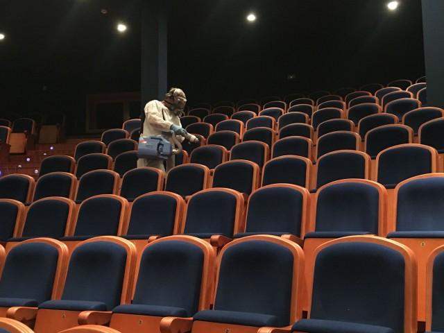 Procés de desinfecció dins del pla de neteja del teatre./ Teatre Calderón d'Alcoi.