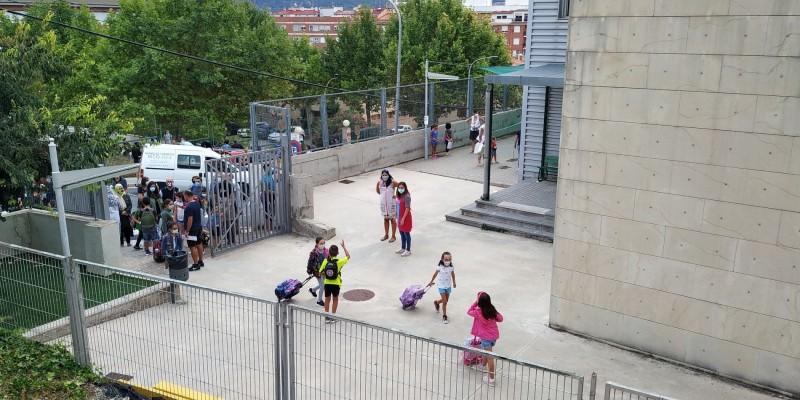 Entrades escalonades després de prendre la temperatura als escolars al col·legi Horta Major d'Alcoi