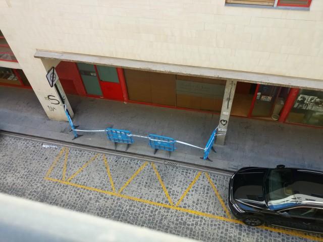 Imatge facilitada pels veïns del despreniment a la façana d'aquest 29 de setembre.