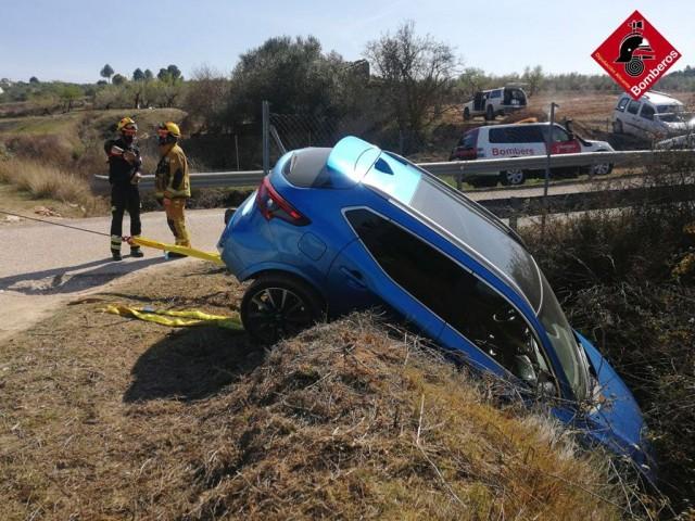 Els Bombers rescaten un vehicle abans de caure pel barranc