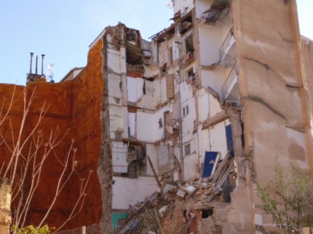 Un edifici del centre de més de 50 anys, després de caure / AM