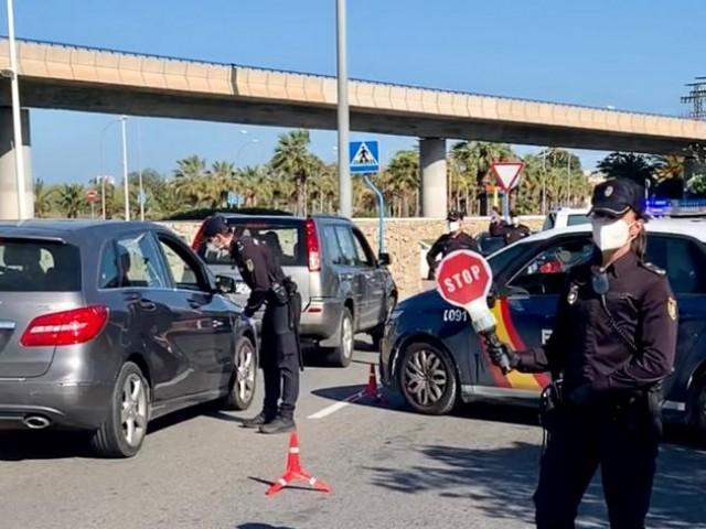 Un dels controls policials aquest cap de setmana a Alcoi. Imatge facilitada per la Policia Nacional.
