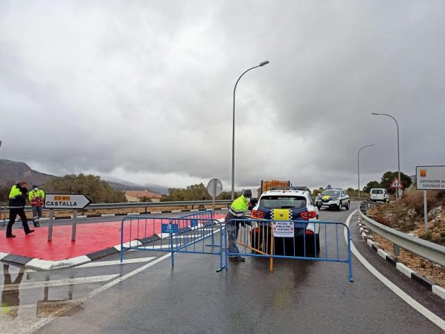 Controls policials en els accessos a Castalla. Imatge facilitada per l'Ajuntament.