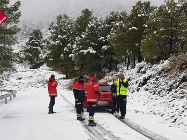 Un vehicle se n'ix de la carretera a Benifallim
