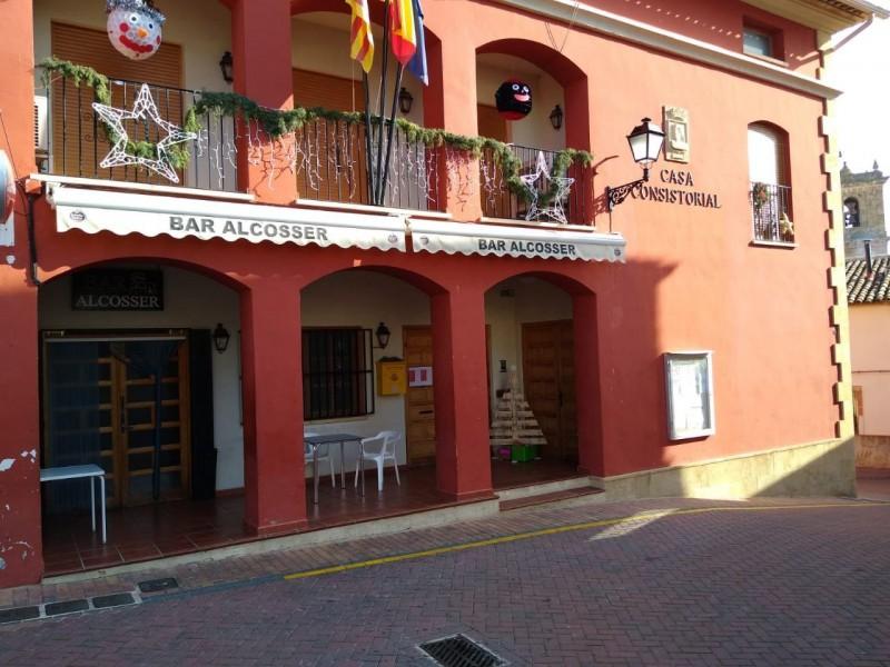 EL bar d'Alcosser ocupa la planta baixa de l'Ajuntament.