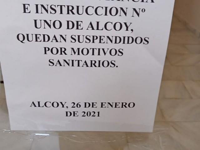 Cartell a les portes del jutjat 1 d'Alcoi.