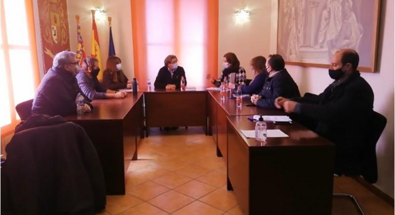 Un moment del plenari. Presidint la taula el nou alcalde. El primer per l'esquerra és  l'anterior alcalde amb els dos regidors de Junts per Agres. En la bancada d'enfront, els tres regidors populars.
