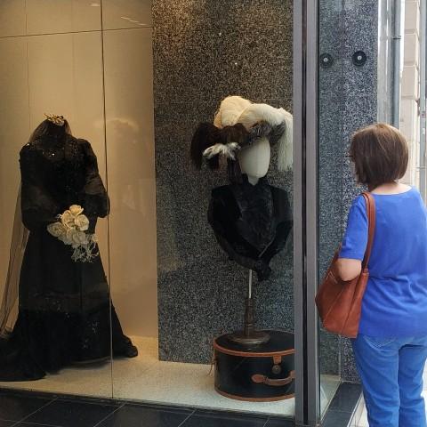 Un aparador del centre decorat amb roba modernista