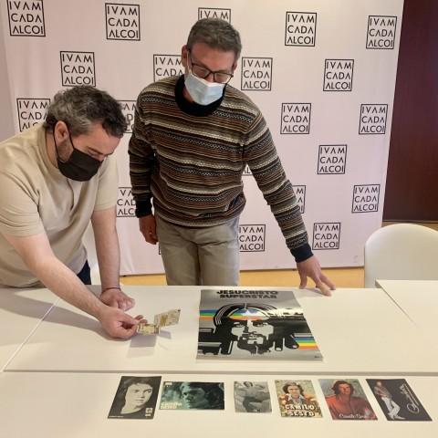 Raül Llopis observa la donació d'Òscar Francés / Ajuntament d'Alcoi