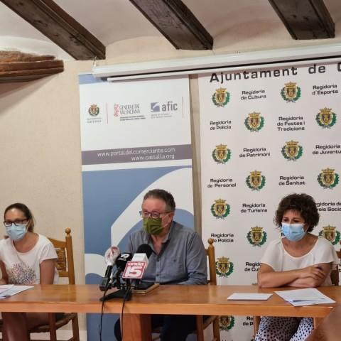 L'alcalde i la regidora d'hisenda de Castalla presenten les ajudes econòmiques que es podran demanar aquest mes.