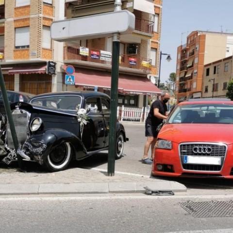 Dos ferits lleus en Ontinyent en patir una errada mecànica el cotxe nupcial
