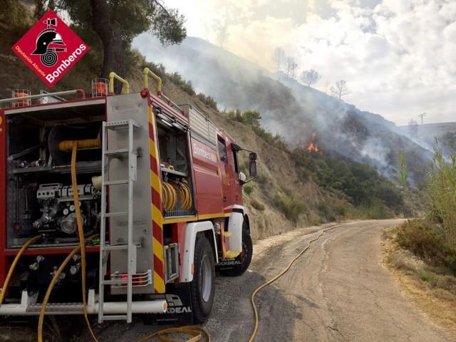 Incendi forestal entre Xixona i la Torre de les Maçanes