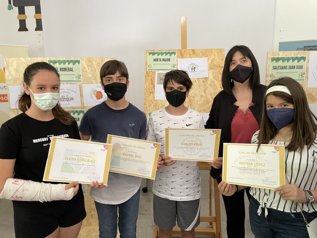 Els joves guanyadors amb la regidora Tere Sanjuan