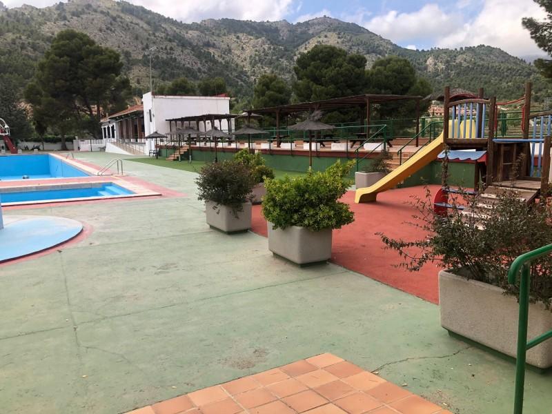 La piscina José Trenzano Alós es prepara per al bany