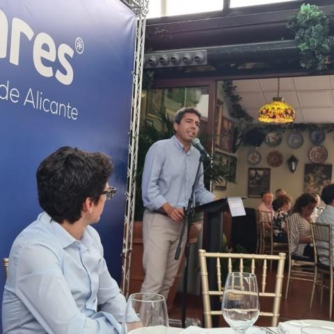 Juan Enrique Ruiz amb Mazón parlant al fons als militants /FACEBOOK