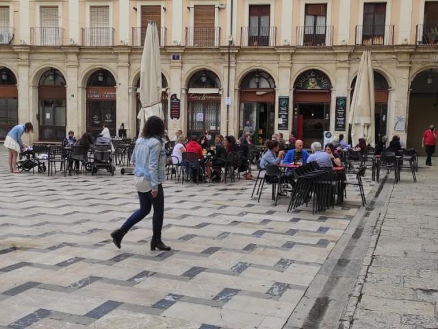 Ja no existeix toc de queda ni màxim de persones en reunions. Als bars, les taules continuen sent d'un màxim de 10.