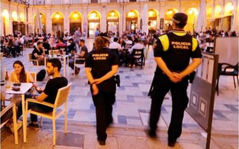 Policia Local en la Plaça de Dins / Ajuntament d'Alcoi