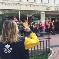 Vora 30 treballadors de Correus protesten davant la supressió de 4 llocs de treball a Alcoi