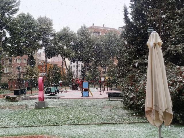 La neu que s'esperava a les muntanyes ompli els centres de Banyeres i Alcoi