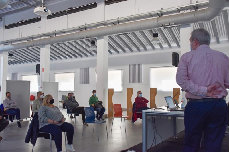Jordi Martínez explica aspectes de l'autobús urbà / Ajuntament d'Alcoi