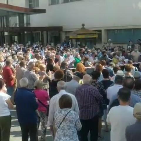 300 persones es concentren a les portes de l'Hospital d'Alcoi