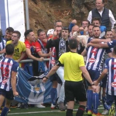 Partit de l'Alcoyano en la temporada 19/20  a Atzeneta. Tant de bo poder abraçar-se en breu / AM
