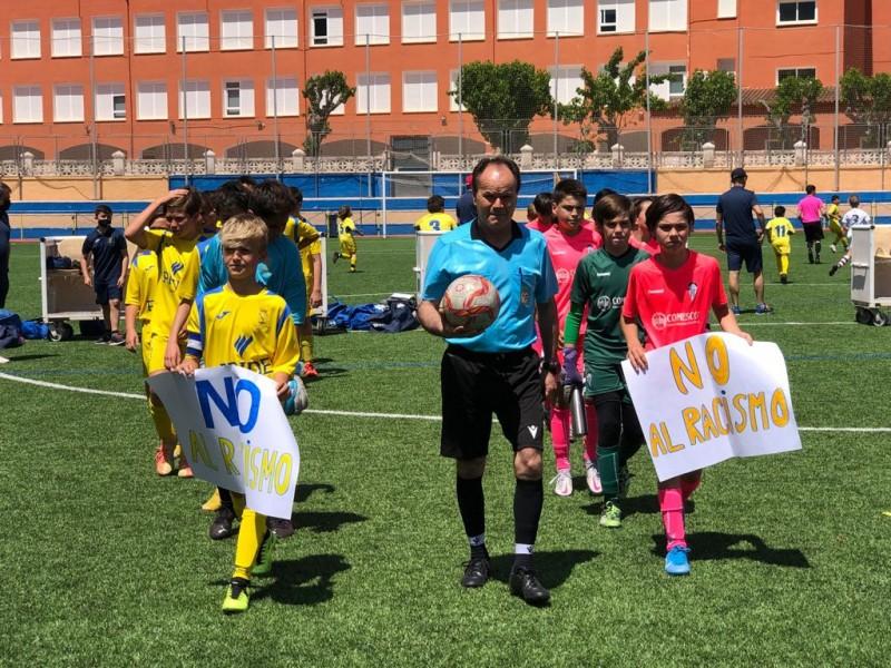 Jugadors del Deportivo i del Dénia, portant pancartes contra el racisme