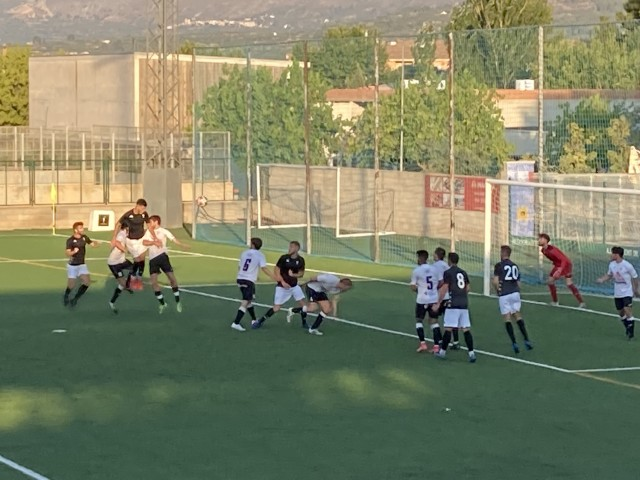 Un dels gols de l'Alcoyano, en aquest partit, de negre