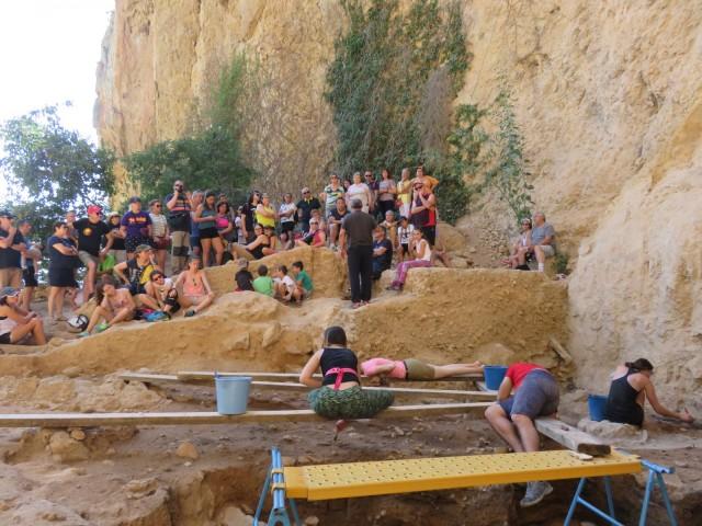 Més de 70 persones visiten el jaciment paleolític del Salt