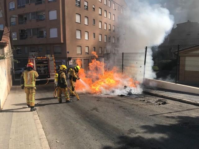 Es crema un dels nous contenidor al carrer Azorín