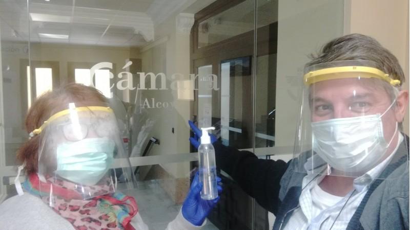 Ana Moltó i Clemente Payá en la porta de la Cambra