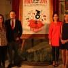 L'alcaldessa contestana i la regidora de Fira van presentar al lector del Privilegi Kiko Moya i a l'autora del cartell, Tere Cerver./ AM