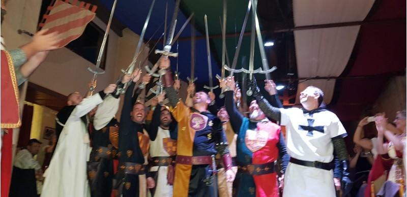L'alferes regalà una espasa a cada cavaller i al Mossén /AM