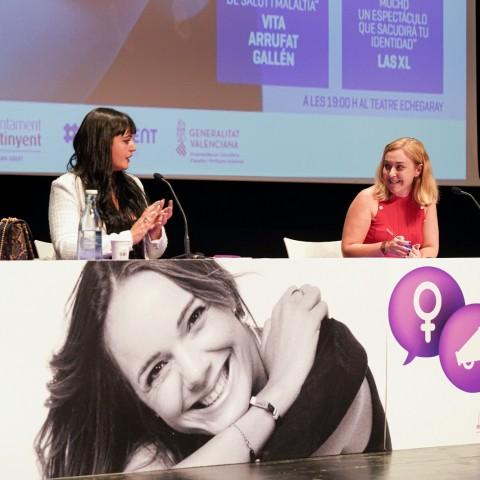 Natàlia Enguix junt a l'escriptora i activista feminista Amelia Tiganus, a Ontinyent la passada setmana