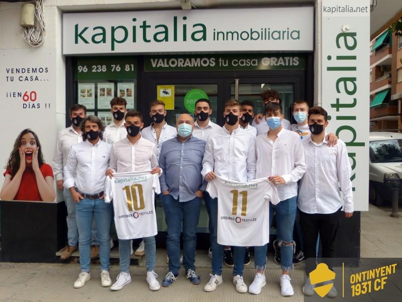 Els futbolistes renovats, envoltats de part de l'staff tècnic i de Salva Palau de Kapitalia
