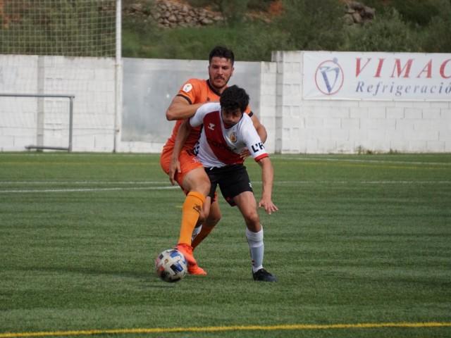 Paco Aguza s'avança a un rival. Foto: Paula Jarques.