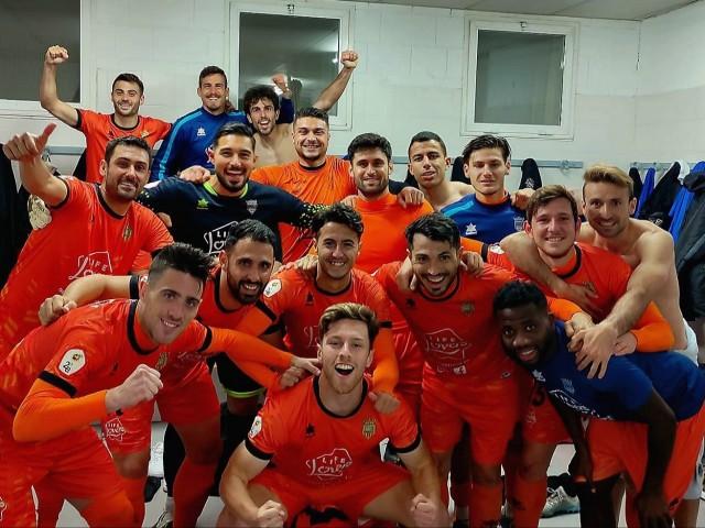 Celebració de l'equip taronja després d'obtenir els tres punts. Foto: Paula Jarque