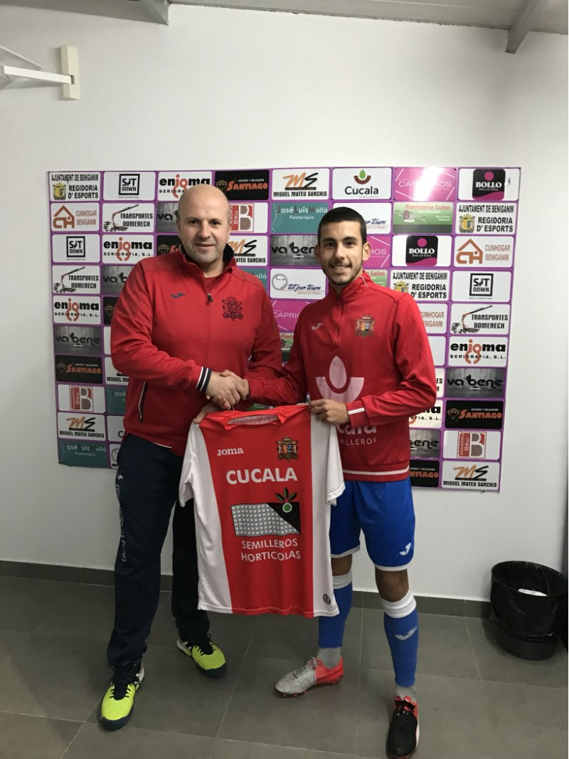 Mata, amb el directiu Dora, quan va ser presentat com a futbolista de la UD. Benigànim.