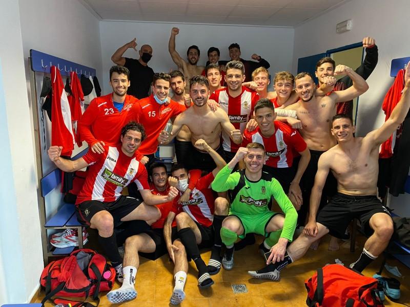 L'Olleria CF celebrant la victòria aconseguida a Alginet | Foto: L'Olleria CF.