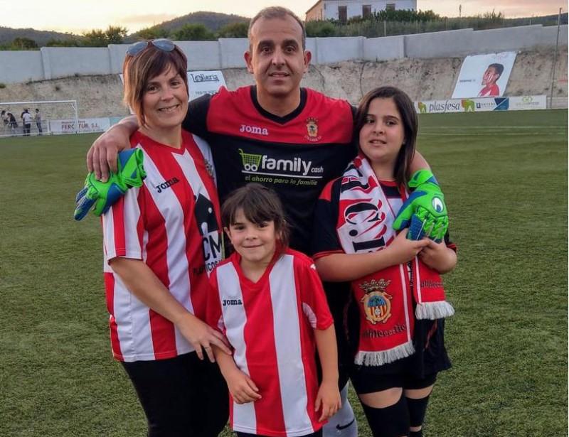 Ramón, acompanyat per la seua dona Eva, per Sheila, la seua filla menuda i per Ania, la filla major.