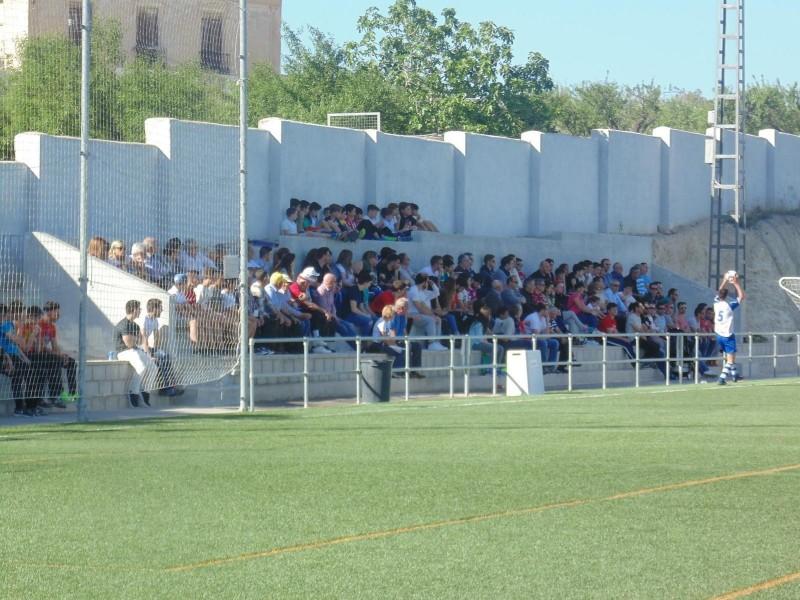 Grada de La Solana en un partit de temporades anteriors   Foto: L'Olleria CF