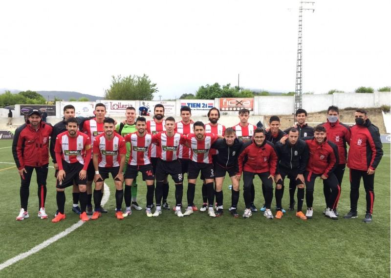 Els mebres de L'Olleria CF han volgut donar-li ànims a un jugador del seu Cadet | Foto: L'Olleria CF