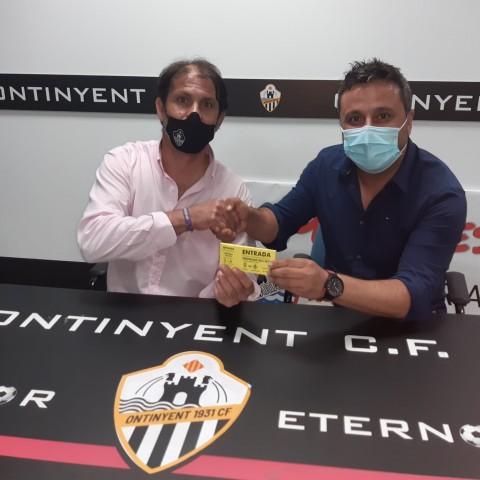 José Navalón (dreta) li fa entrega de les 50 entrades anticipades a Miguel Ángel Mullor (esquerre)