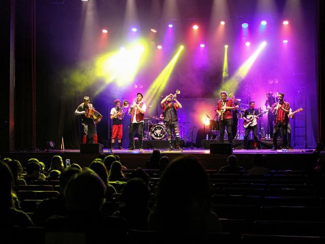 Més de 270 espectadors han gaudit de la música en directe amb l'actuació de 'El Diluvi' i 'La Trocamba Matanusca'.