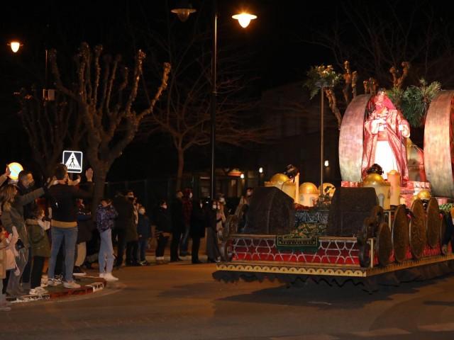 Gaspar saluda al públic que s'ha donat cita als carrers d'Ontinyent. Foto: Javi Ferrero