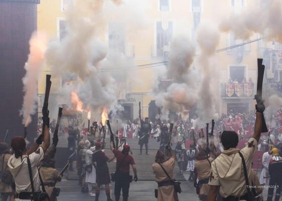 Dilluns de festes a la Plaça de l'ajuntament - Foto: facebook Moros i Cristians Ontinyent